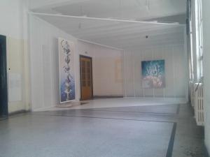 2. Στιγμιότυπο από τον εκθεσιακό χώρο με έργα του Adam Dix_αριστερά και του Kit Miles Studio_δεξιά